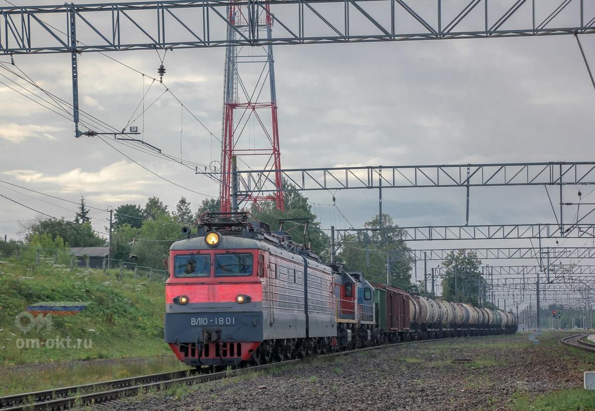 Электровоз ВЛ10-1801 грузовым поездом и перегоняемыми тепловозами ТЭМ18ДМ-883 и ТЭМ18ДМ-328 на станции Спирово