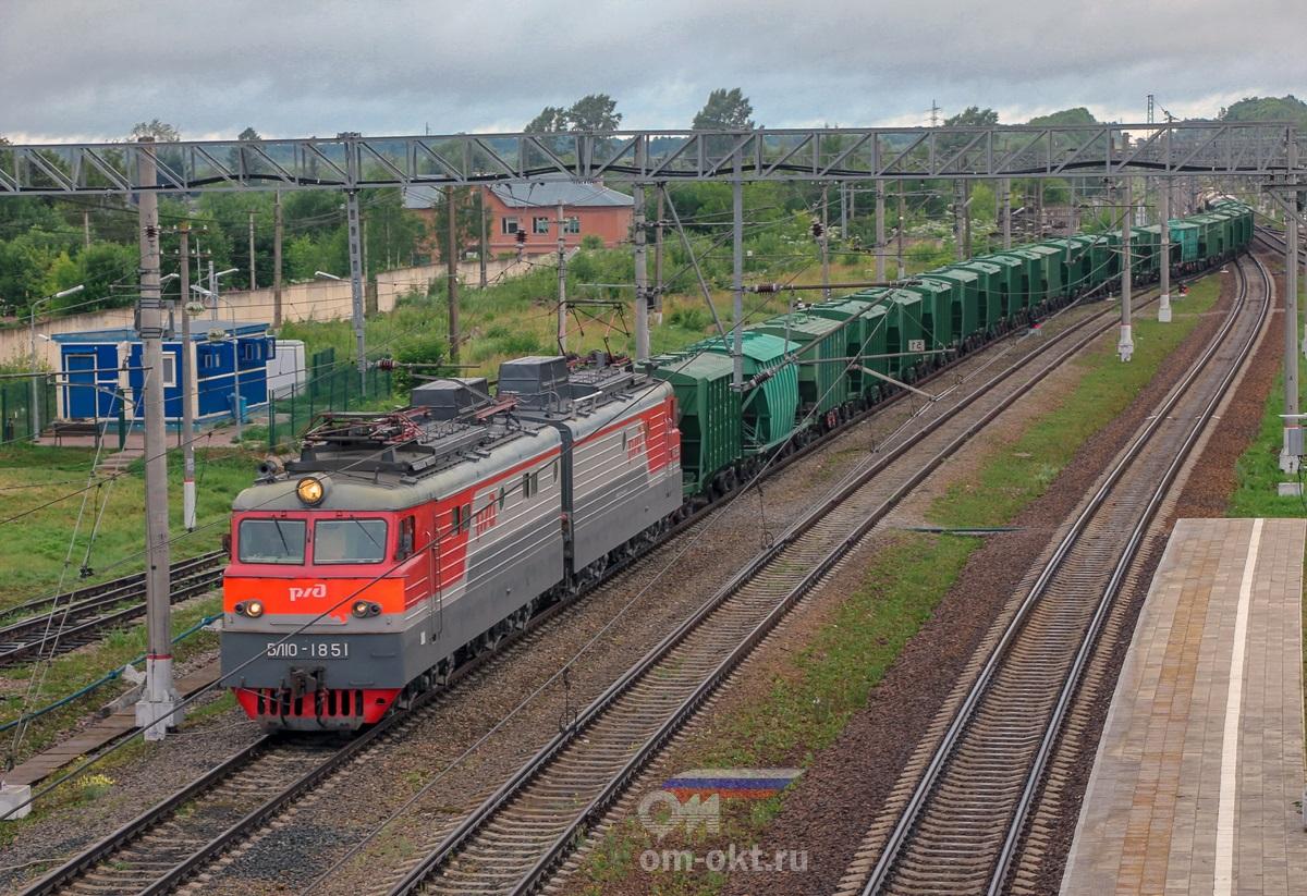 Электровоз ВЛ10-1851 в голове грузового поезда, станция Спирово