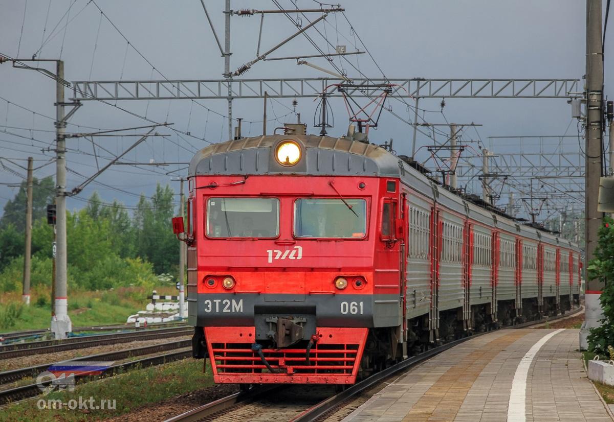 Электропоезд ЭТ2М-061 прибывает на станцию Спирово