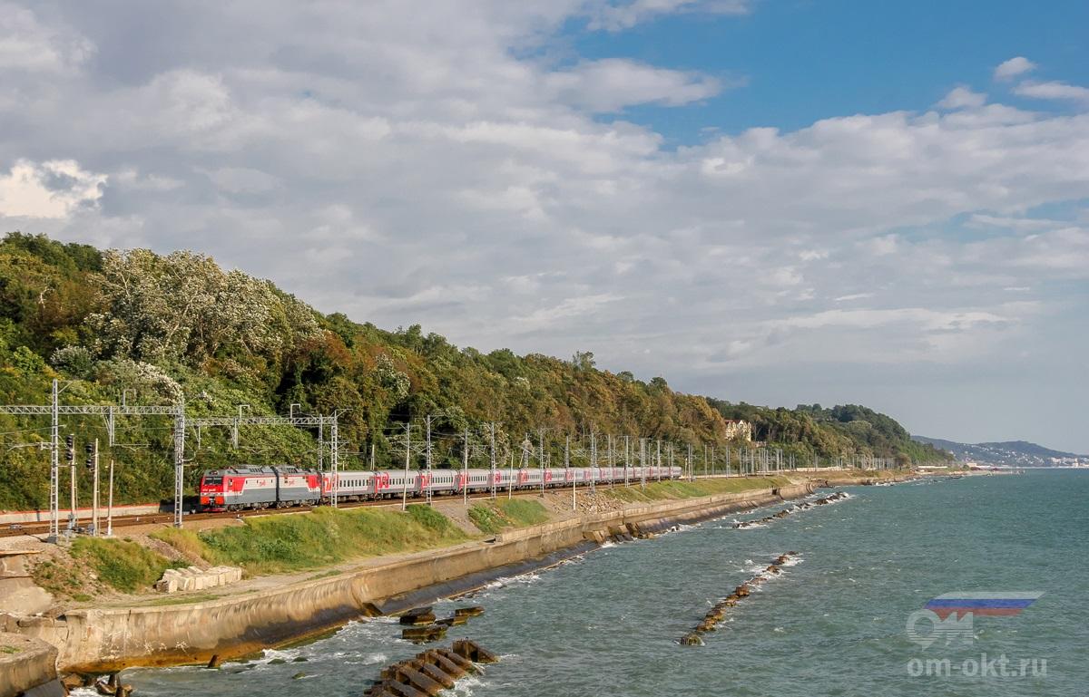 Электровоз 2ЭС4К-072 с пассажирским поездом заходит на станцию Якорная Щель