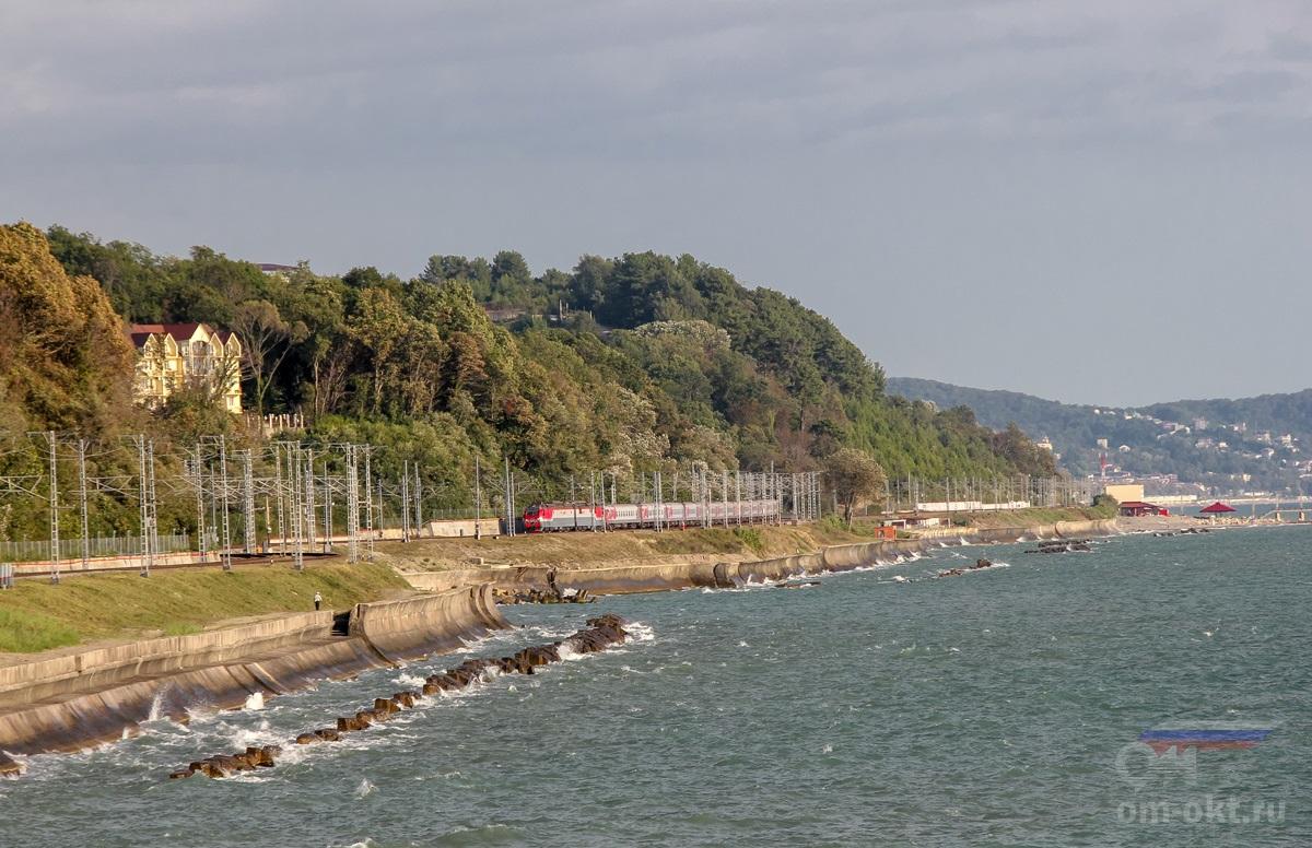 Электровоз 2ЭС4К-085 с пассажирским поездом на перегоне Лоо - Якорная Щель
