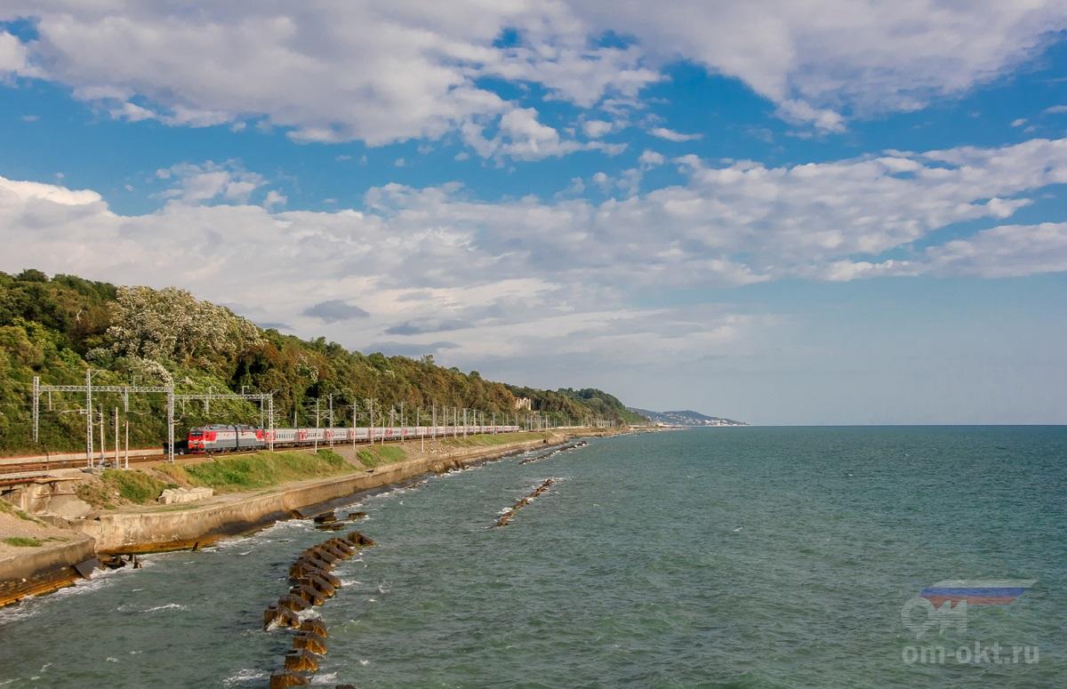Электровоз 2ЭС4К-129 с пассажирским поездом проследует станцию Якорная Щель