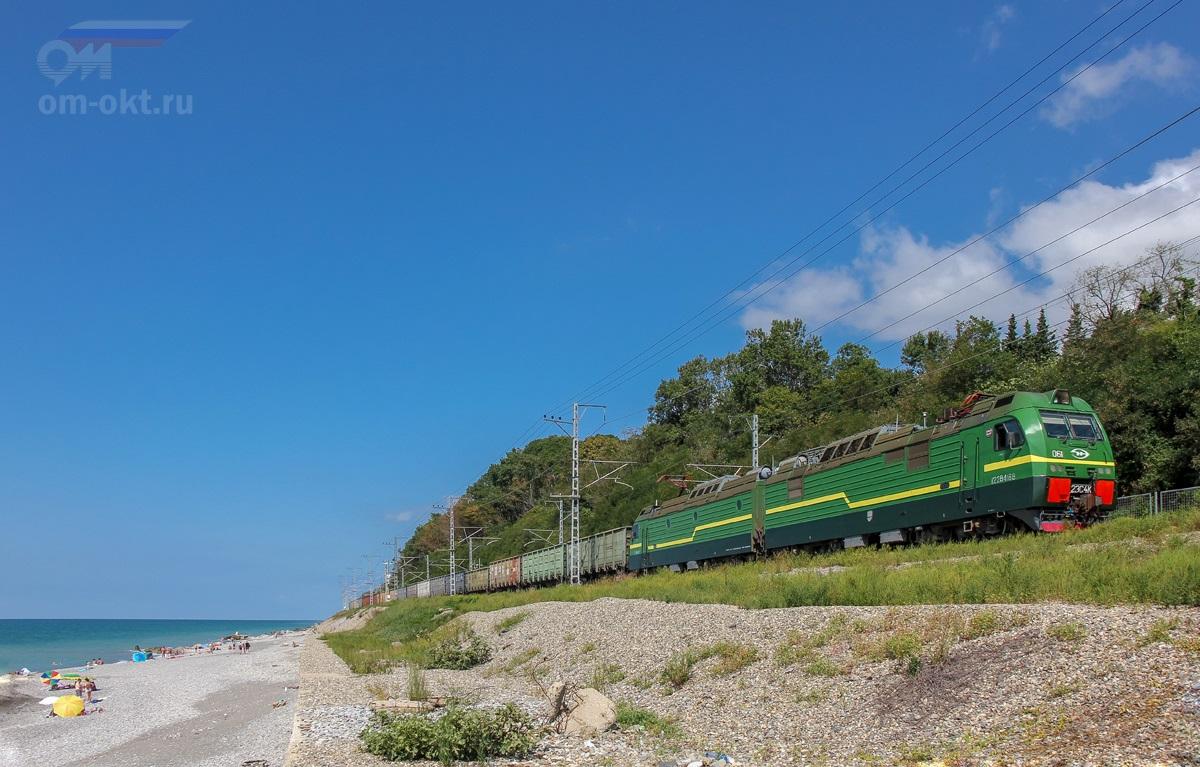 Электровоз 2ЭС4К-061 с грузовым поездом на перегоне Чемитоквадже - Якорная Щель