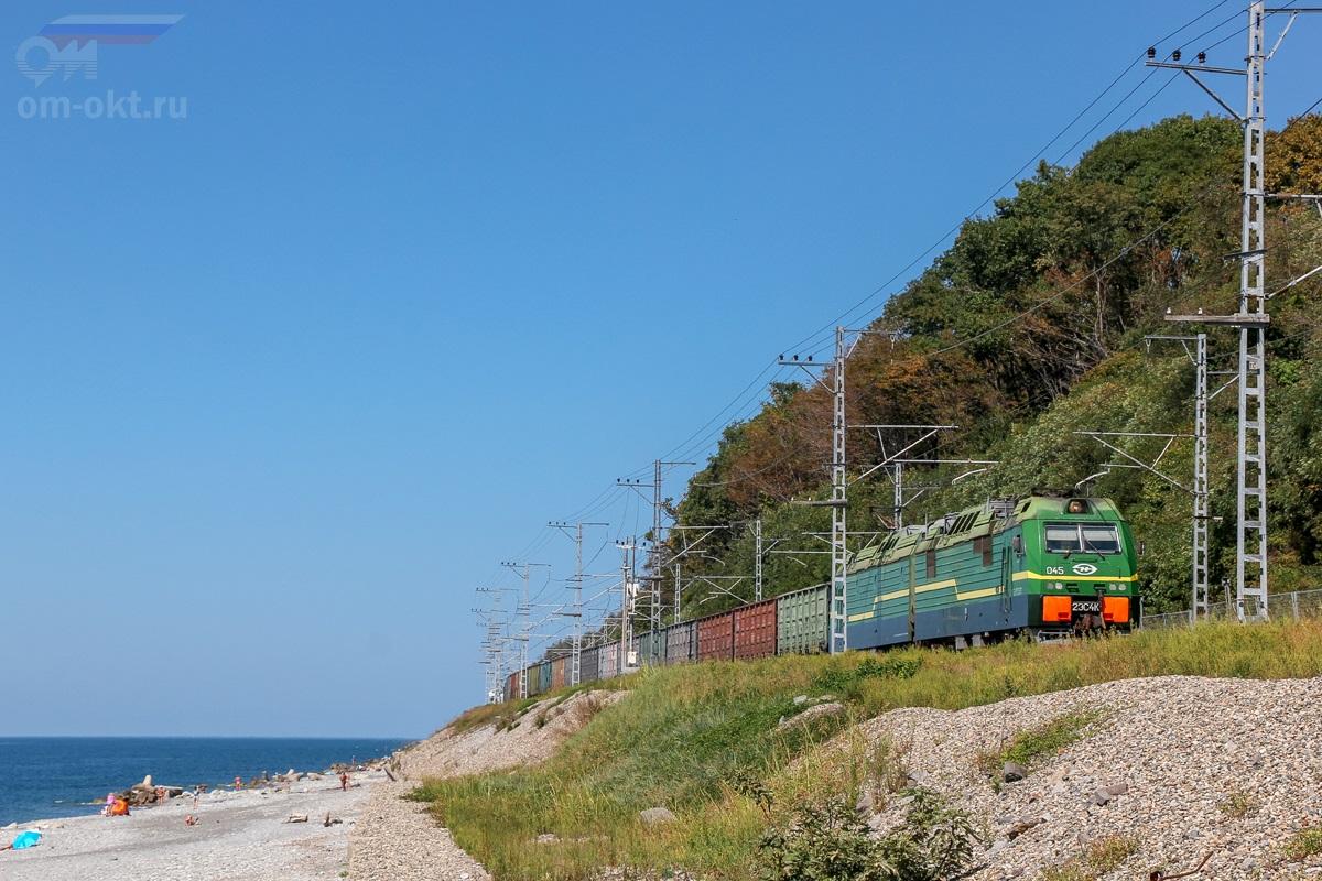 Электровоз 2ЭС4К-045 с грузовым поездом на перегоне Чемитоквадже - Якорная Щель