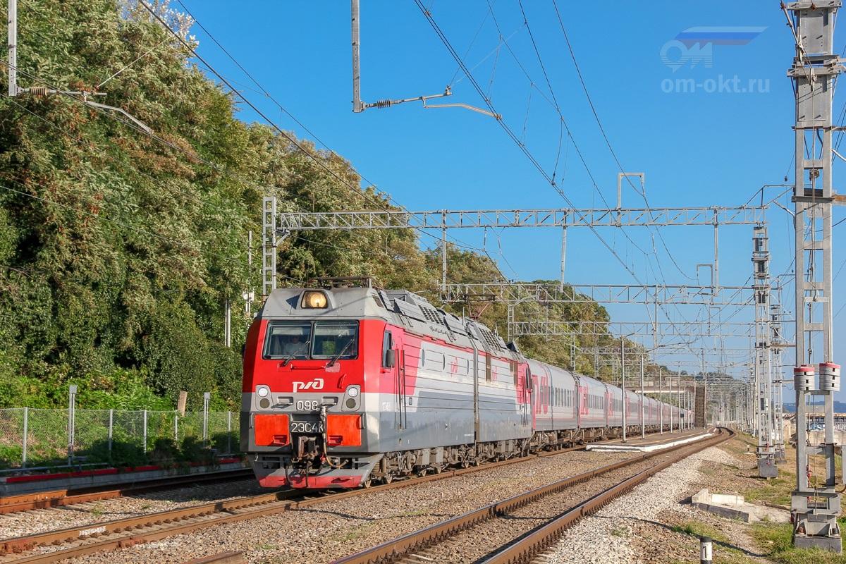 Электровоз 2ЭС4К-098 с пассажирским поездом проследует станцию Якорная Щель