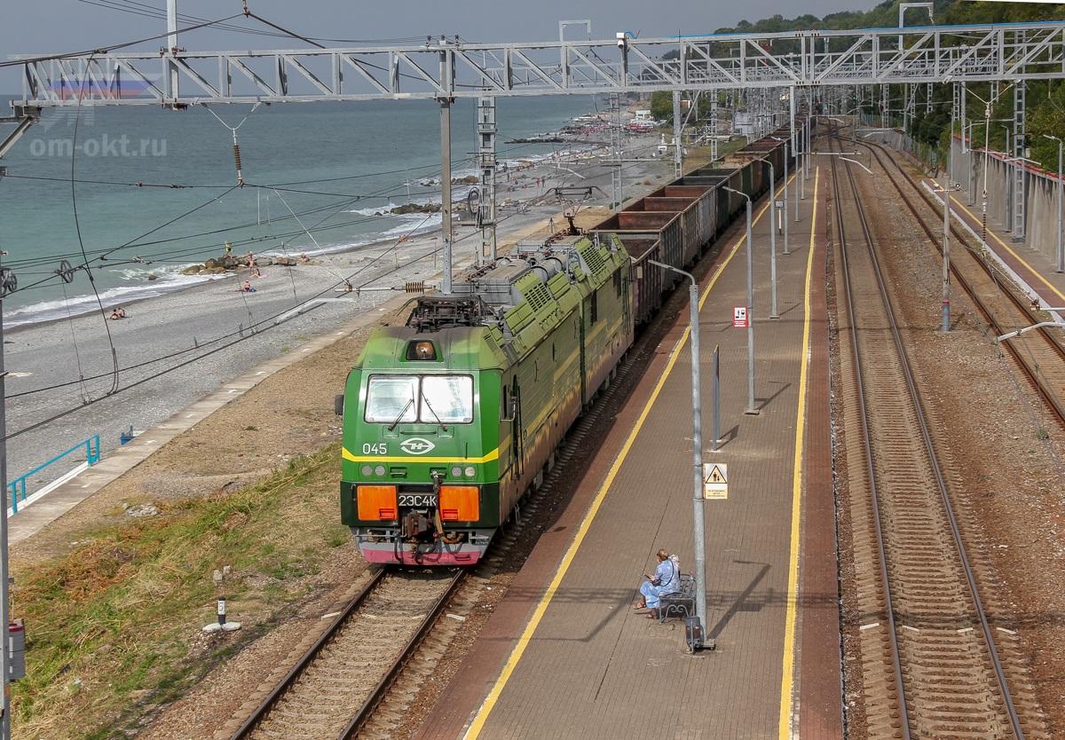 Электровоз 2ЭС4К-045 в голове грузового поезда на станции Якорная Щель