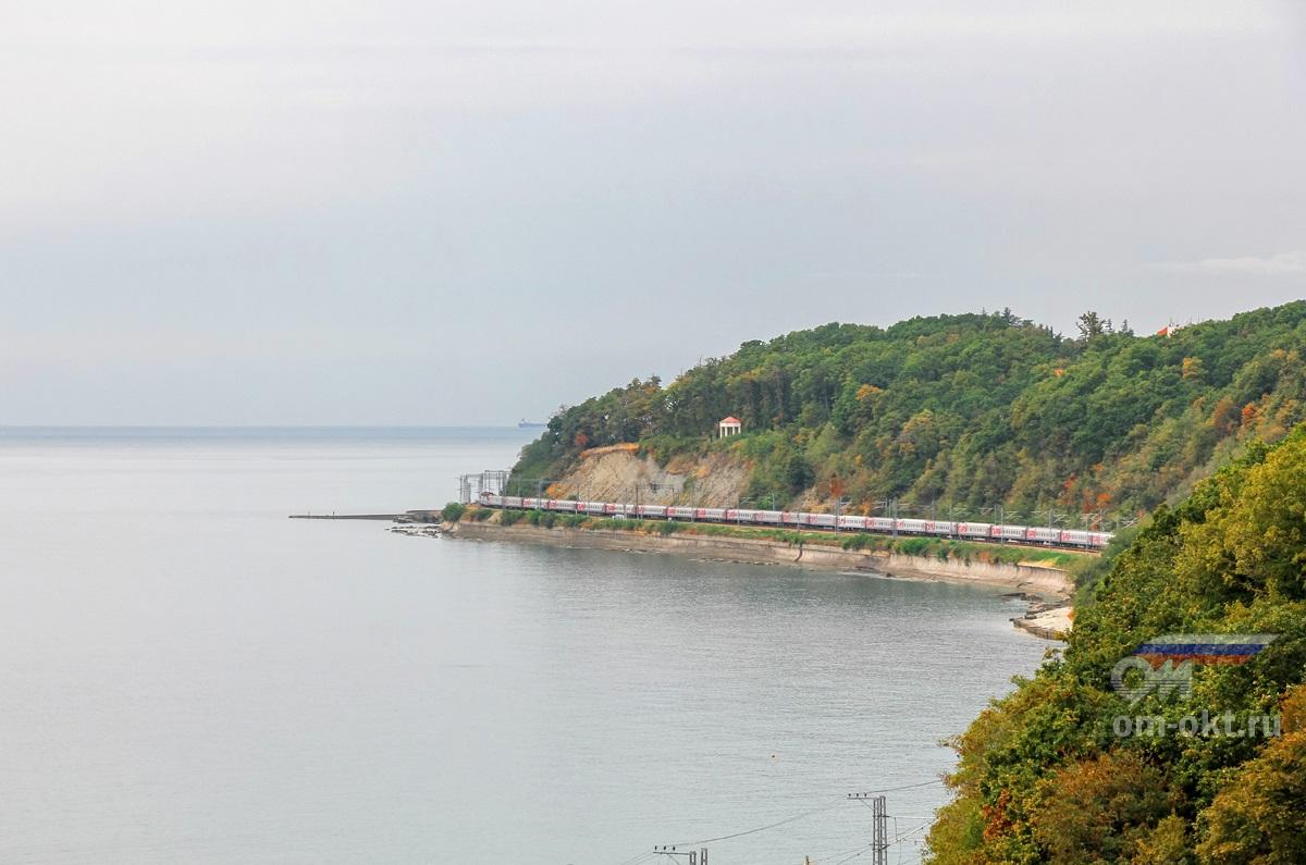 Пассажирский поезд на перегоне на перегоне Водопадный - Шепси