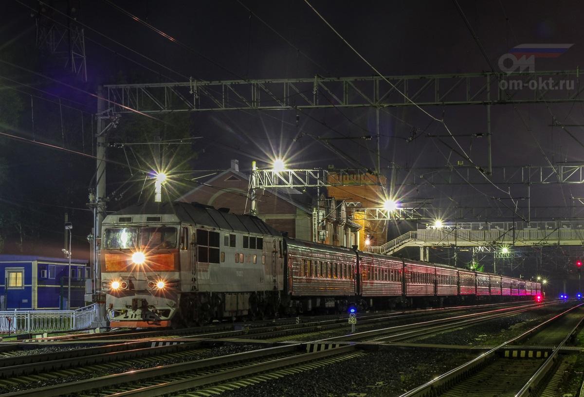 Тепловоз ТЭП70-0367 с пассажирским поездом на станции Вышний Волочёк
