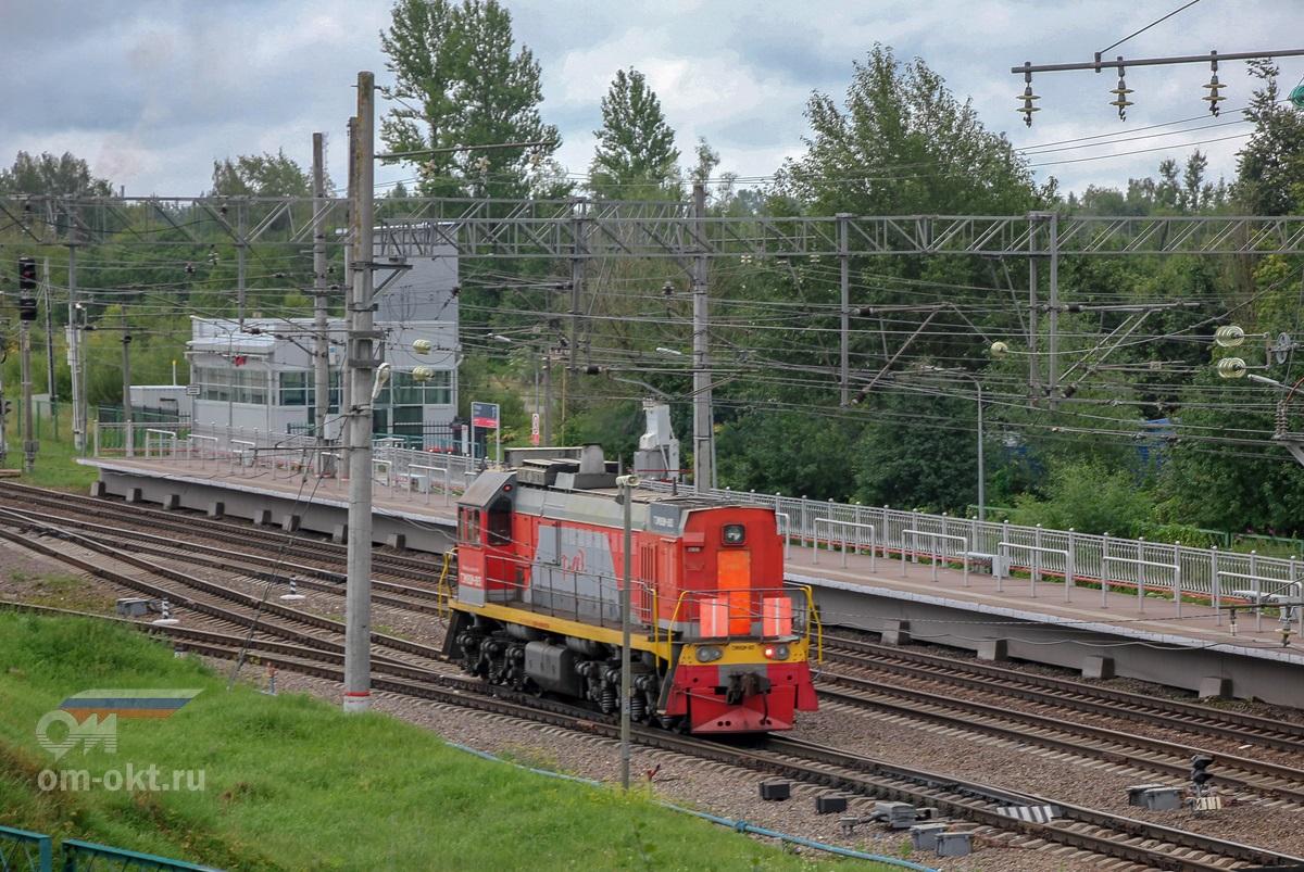 Тепловоз ТЭМ18ДМ-883 на станции Угловка