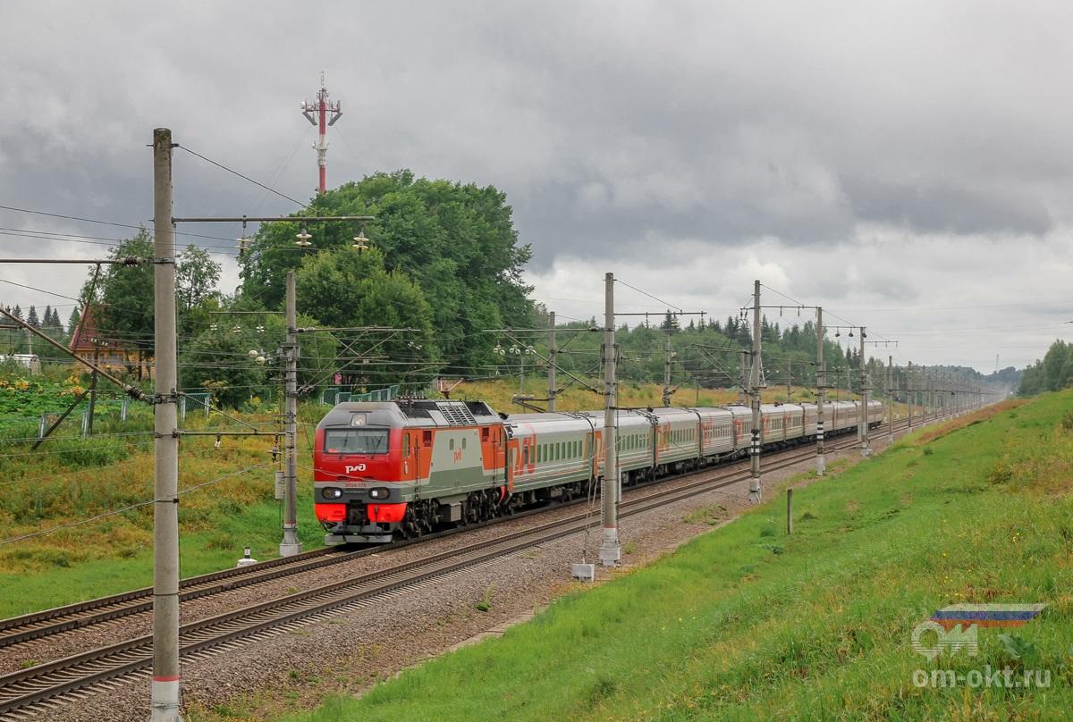 Электровоз ЭП2К-175 с пассажирским поездом проследует станцию Угловка