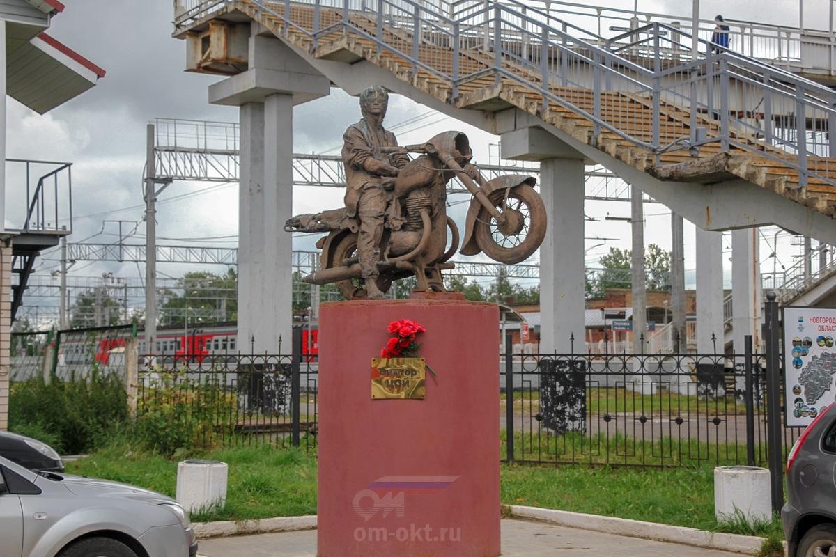 Памятник Виктору Цою в Окуловке
