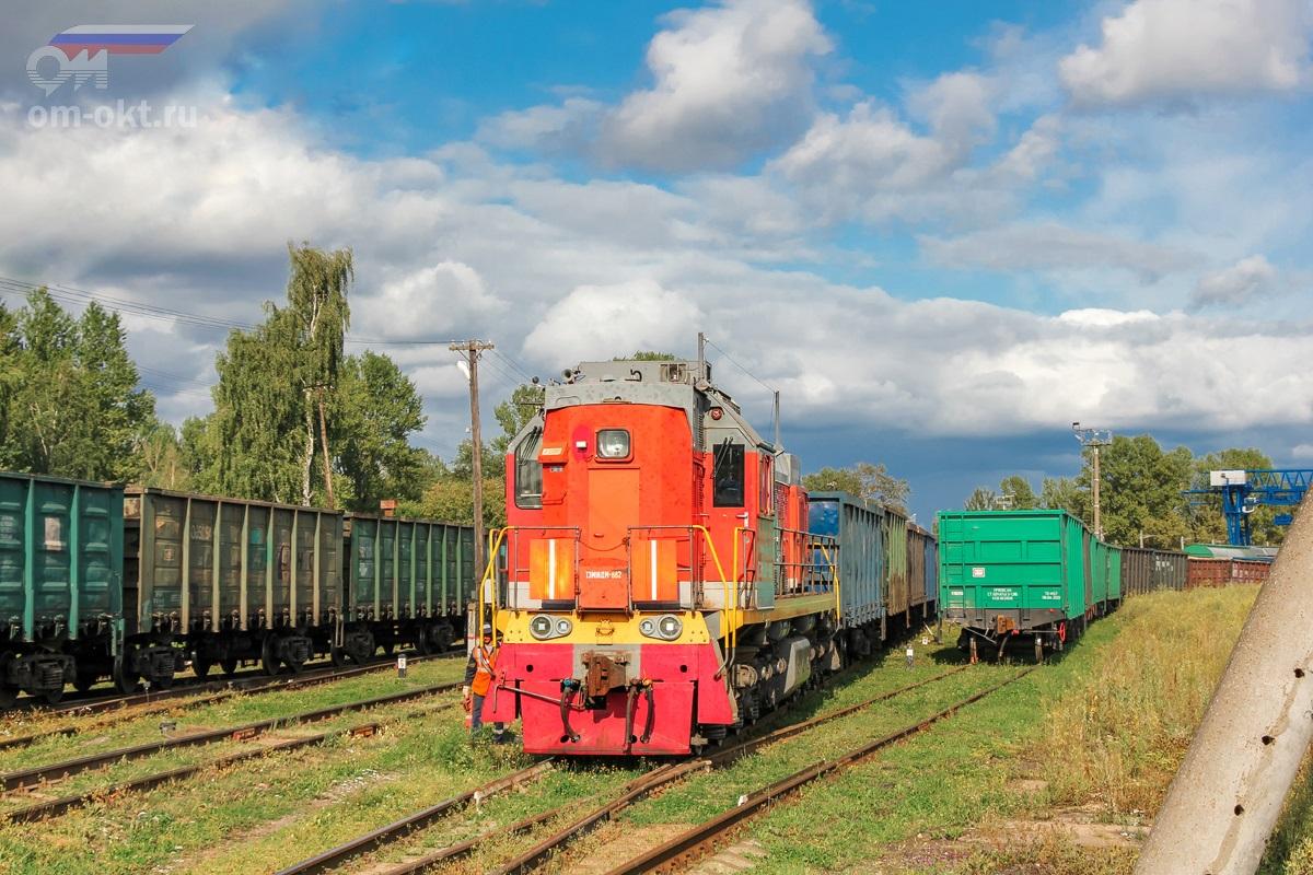 Тепловоз ТЭМ18ДМ-882 совершает манёвры по станции Боровичи