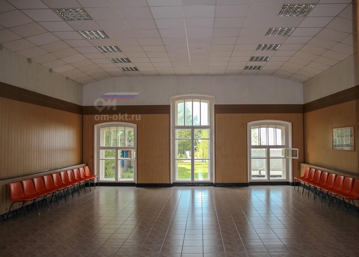 Зал ожидания вокзала в Боровичах