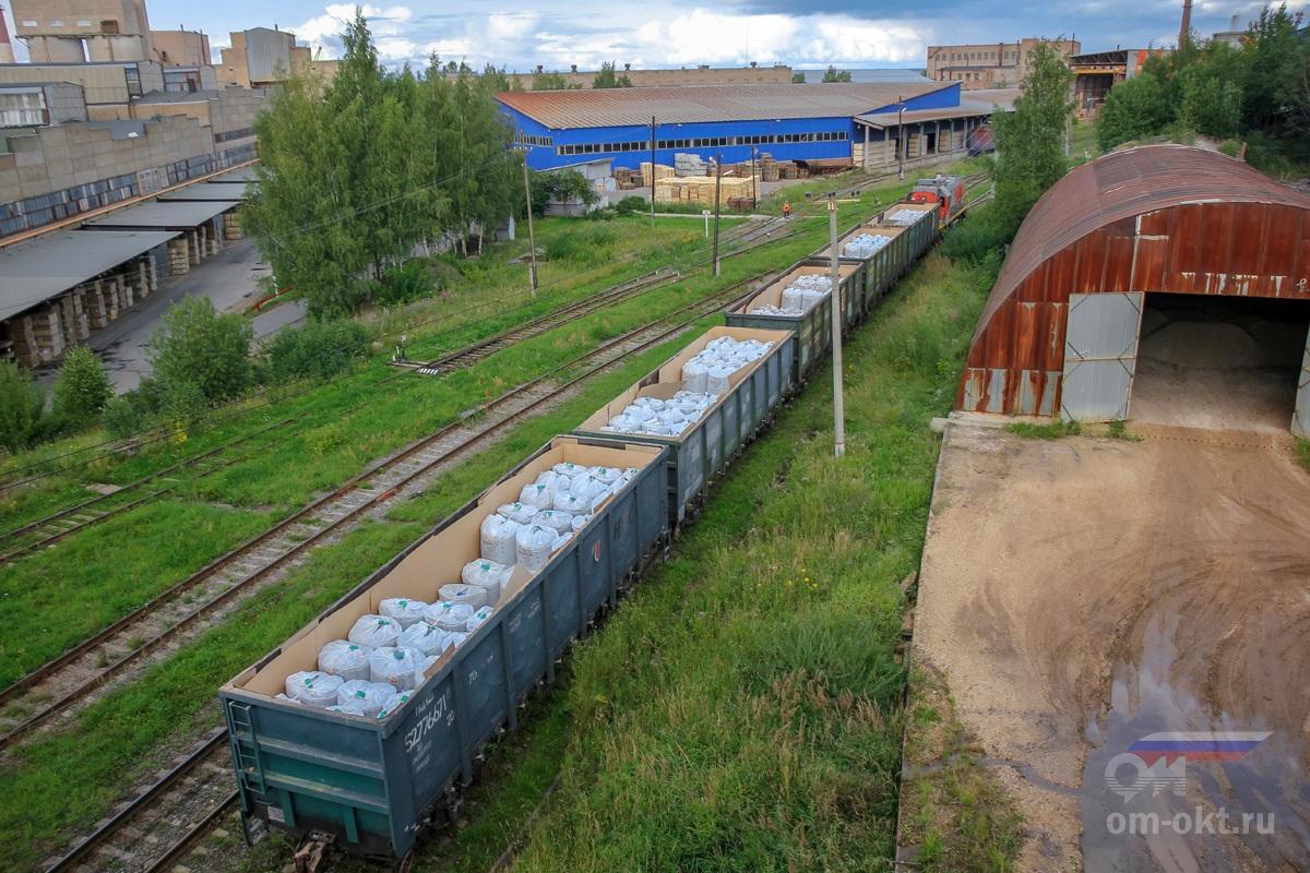 Вид на территорию завода с путепровода над железной дорогой