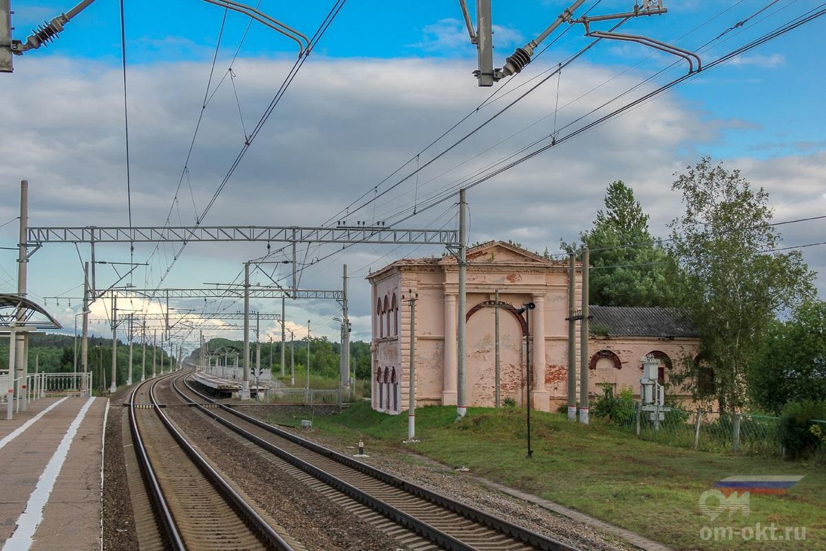 Водонапорная башня и пассажирские платформы в Лыкошино