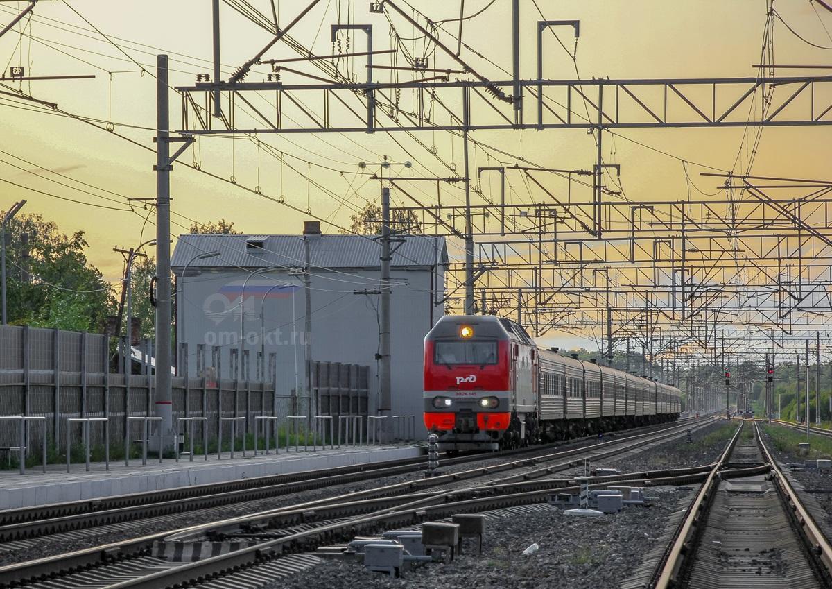 Электровоз ЭП2К-145 с пассажирским поездом на станции Березайка