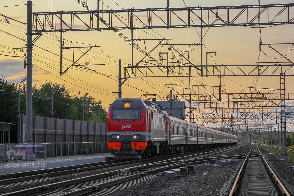 Электровоз ЭП2К-145 с пассажирским поездом проследует станцию Березайка