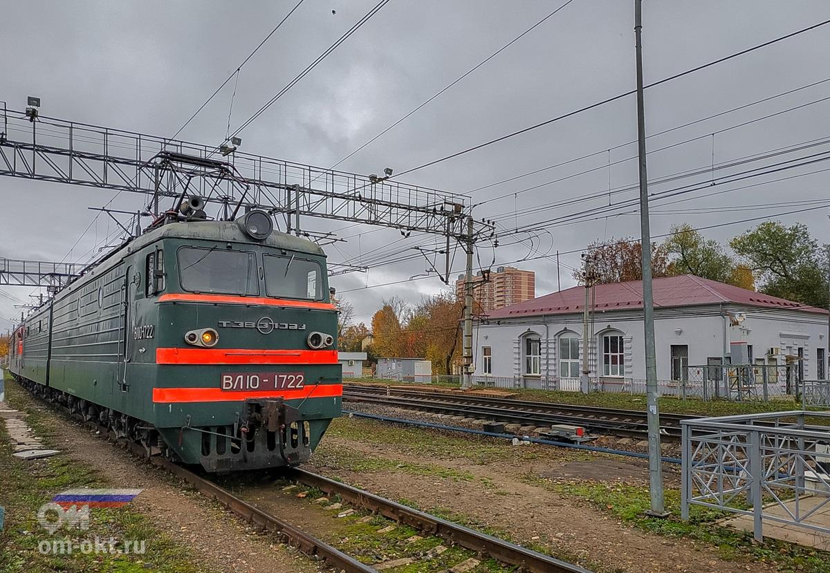 Электровозы в тупике у пассажирских платформ станции Поварово-I