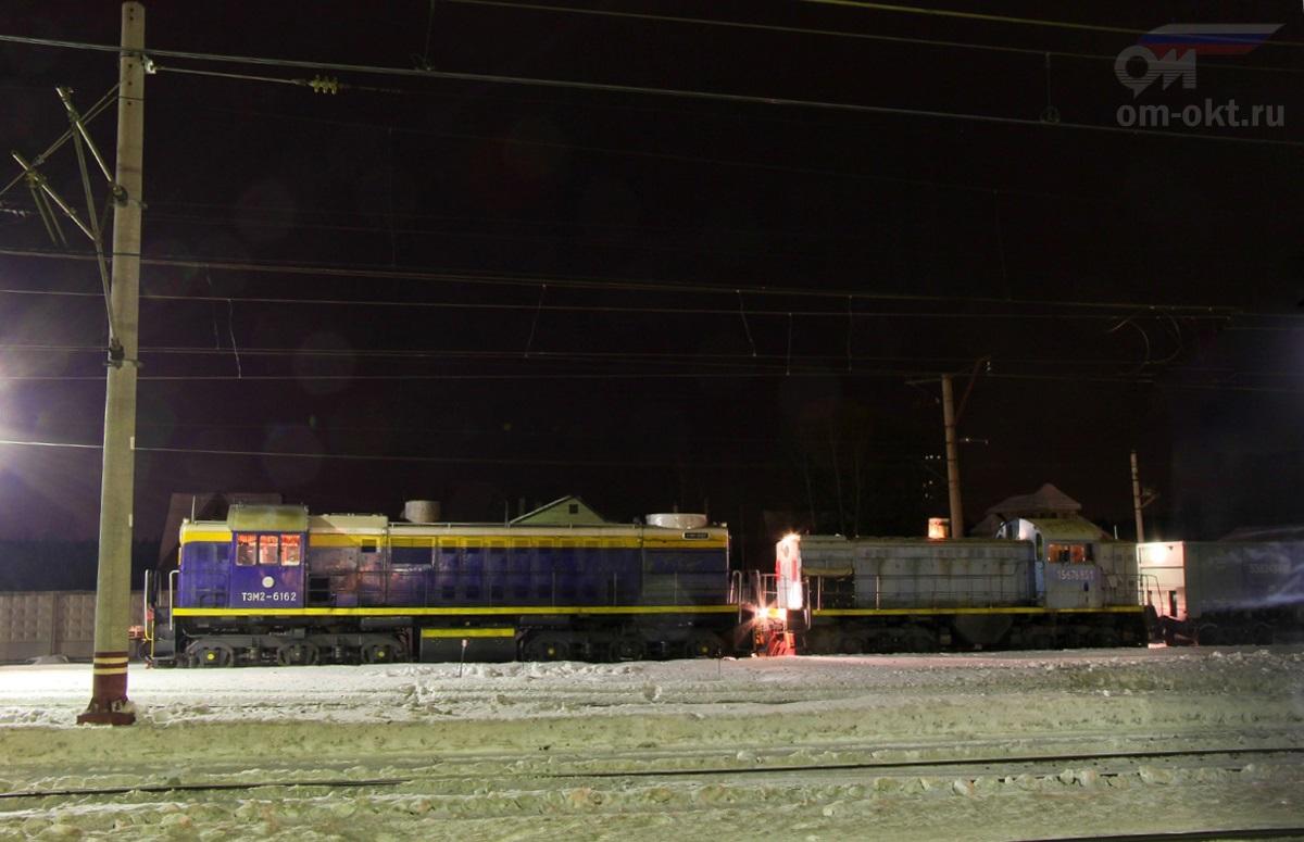 Тепловозы ТЭМ2-6162 и ТГМ4А-2619 на станции Решетниково