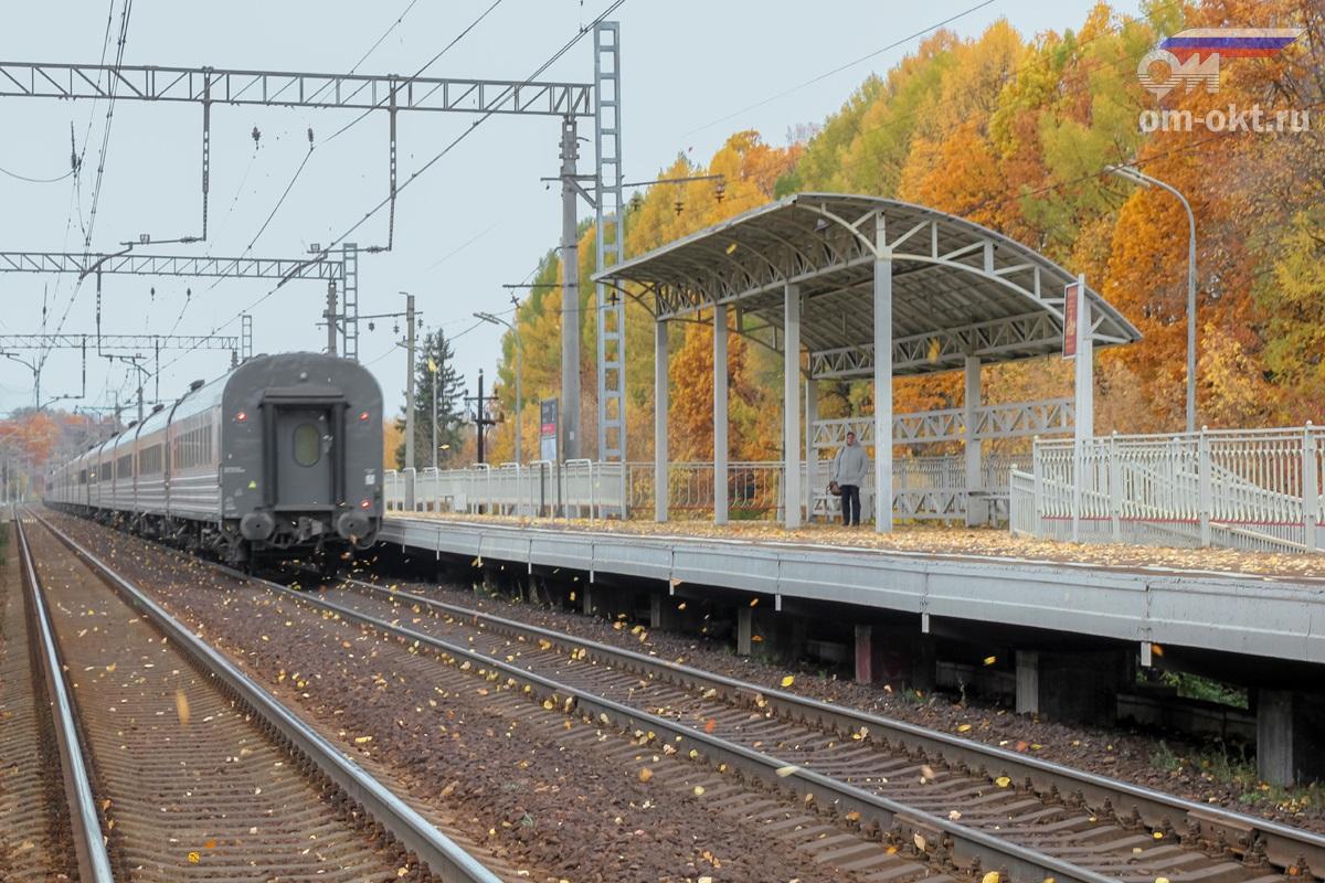 Пассажирский поезд в окрестностях Стреглово