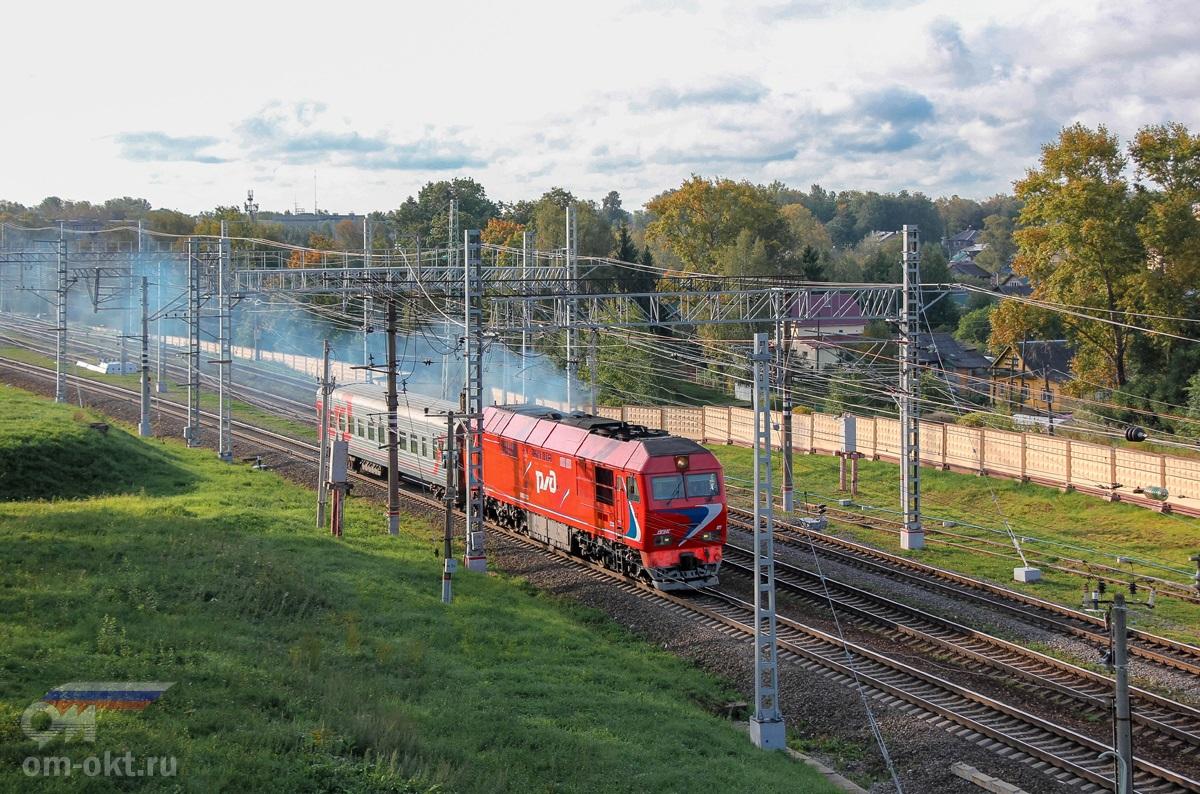 Тепловоз ТЭП70БС-021 с пригородным поездом отправился со станции Бологое-Московское
