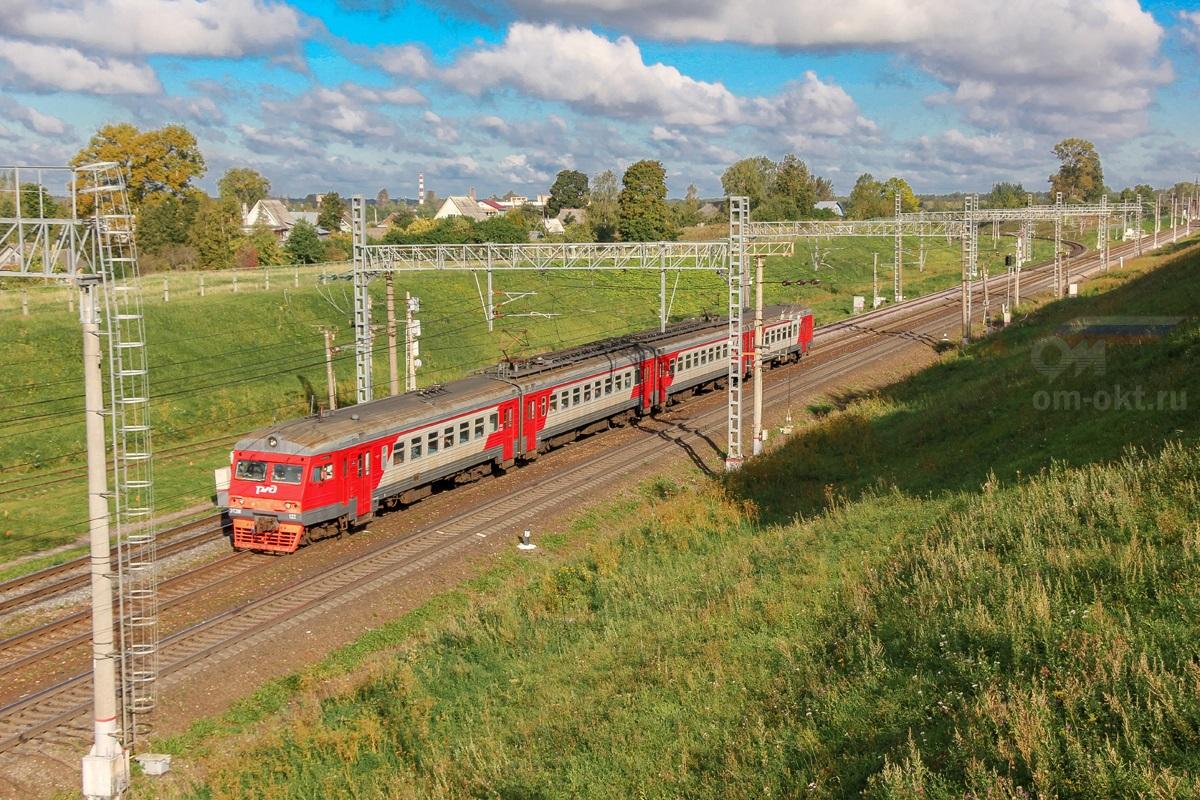 Электропоезд ЭТ2М-122 прибывает на станцию Бологое-Московское