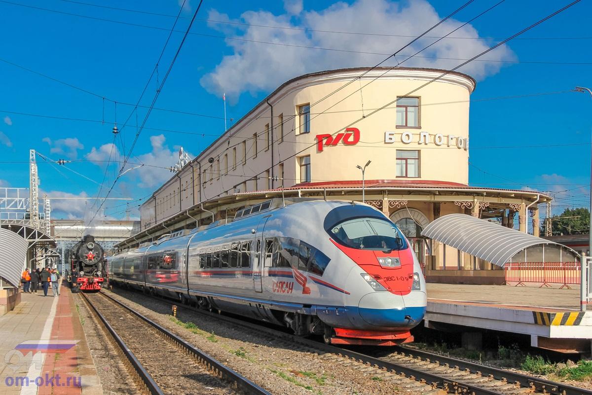Паровоз Л-3958 и электропоезд ЭВС1-09 «Сапсан» на станции Бологое-Московское